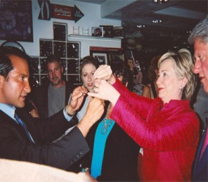 Bill & Hillary Clinton &  the clinton family enjoys magical interaction with las vegas magician simon winthrop  (3)